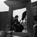 Şard, woman at the gate